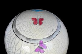 Raku urn met vlinders in verschillende kleuren (4-4,5 liter)