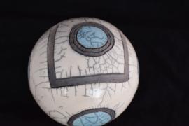 Raku urn met een vierkant deksel