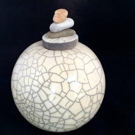Unieke raku urn met keitjes (900ml)