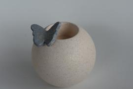 Urnen met een gekleurd vlindertje en kaarsje