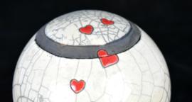 Hartenurn met kleine rode hartjes