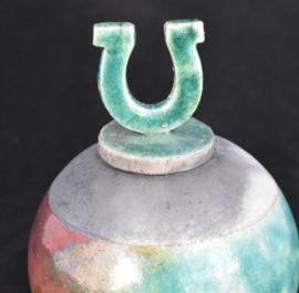 Raku urn koper/groen met hoefijzer op het dekseltje  (425ml)