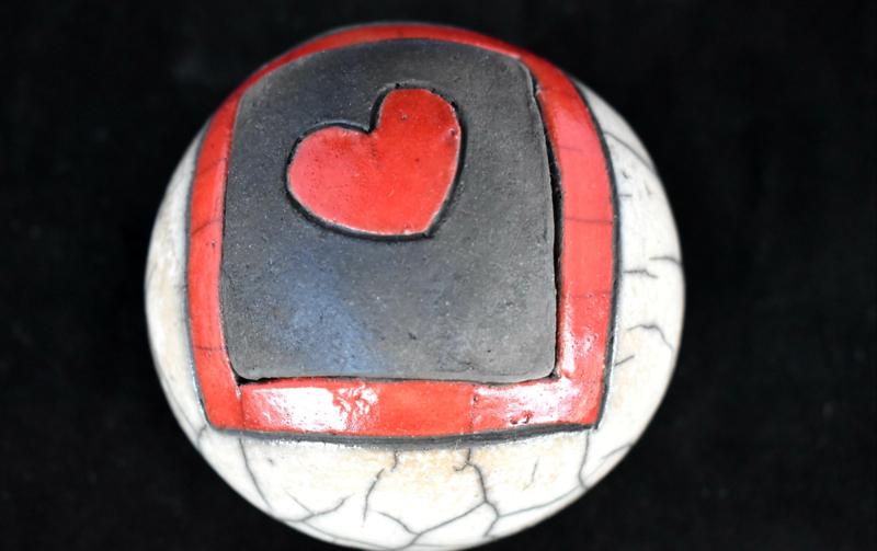 Mini urn met rood hartje (80-100ml)
