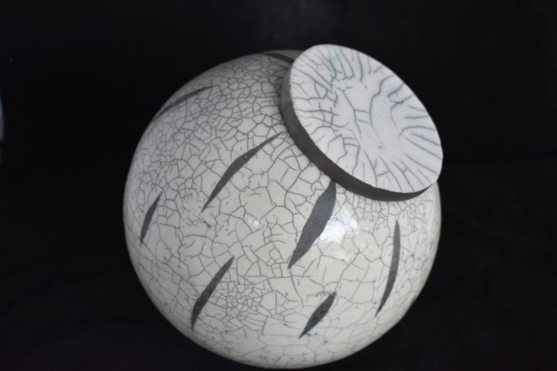 Raku urn met opliggend deksel