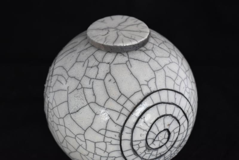 Ronde Raku urn met een spiraal vorm