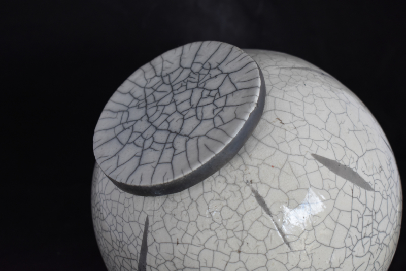 Raku urn met opliggend deksel (2)