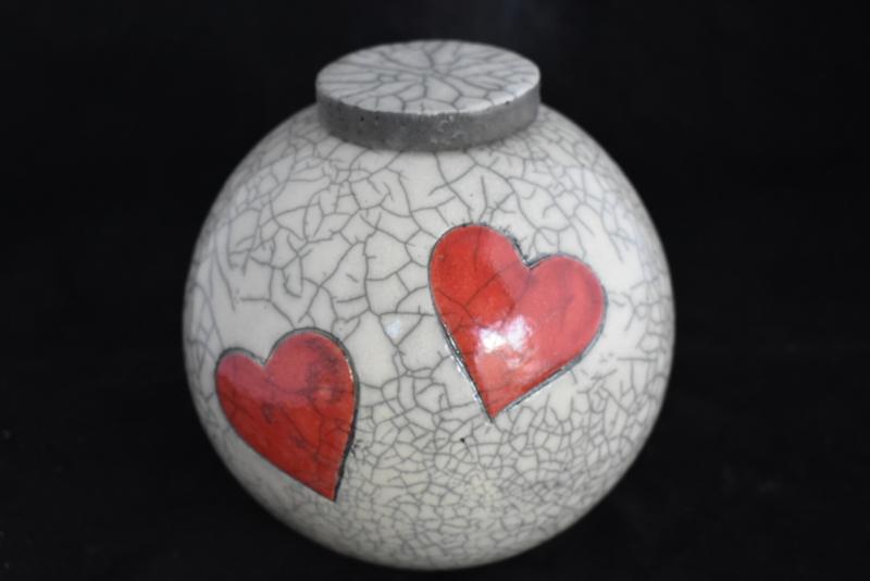 Urn met 2 rode harten