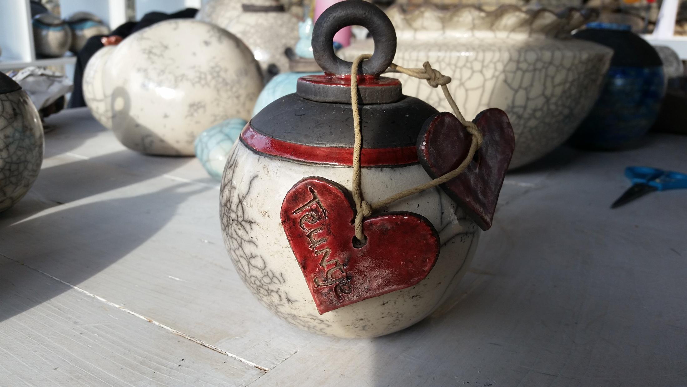 Met rode harten waar de naam en datum ingegraveerd is