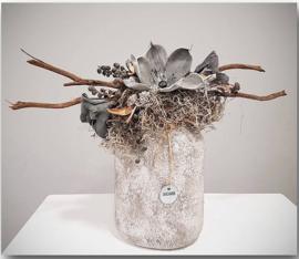 Stoere vaas betonlook gevuld met bloemen