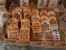 stoere houten kast labels of sleutel hanger