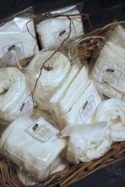 Weißes Pongee-Band aus 100% Seide in verschiedenen Längen.