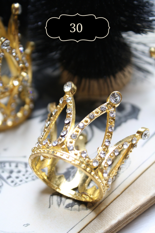 little crown in gold or silver color.