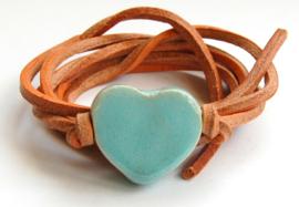 Armband naturel leren veter met lichtblauw hart