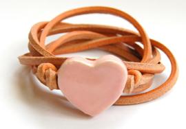 Armband naturel leren veter met roze hart