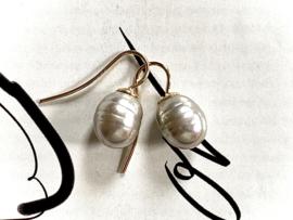 Kleine parel oorbellen taupe/goud