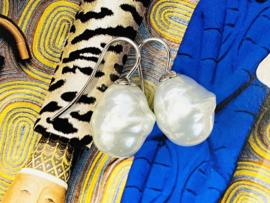 Barok parel oorbellen klein roomwit/zilver