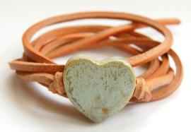 Armband naturel leren veter met antiek groen hart