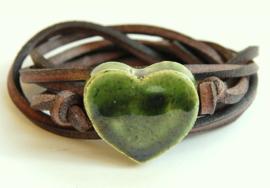 Armband leren veter met olijfgroen hart