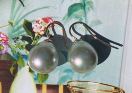 Klassieke parel oorbellen licht groen/goud