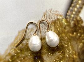Kleine parel oorbellen roomwit/goud