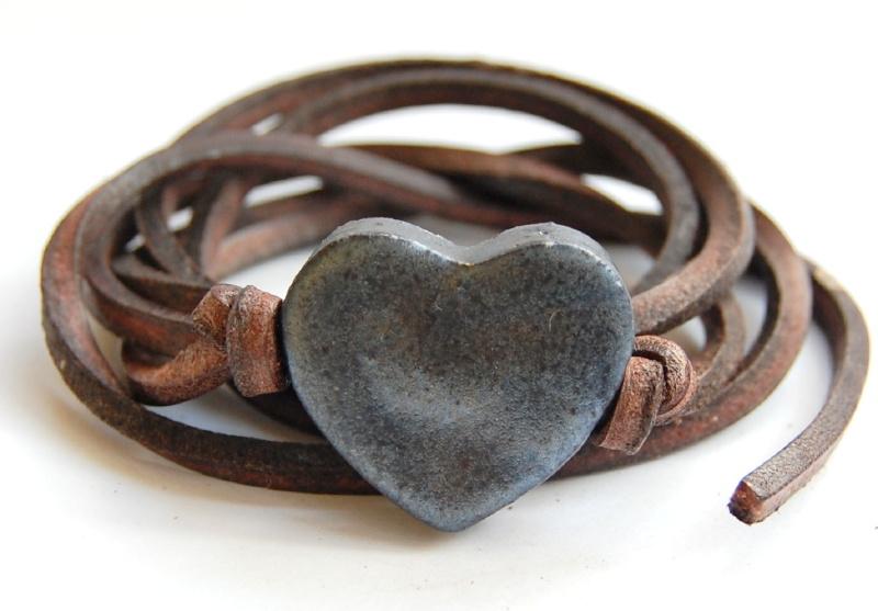 Armband leren veter met oliezwart hart