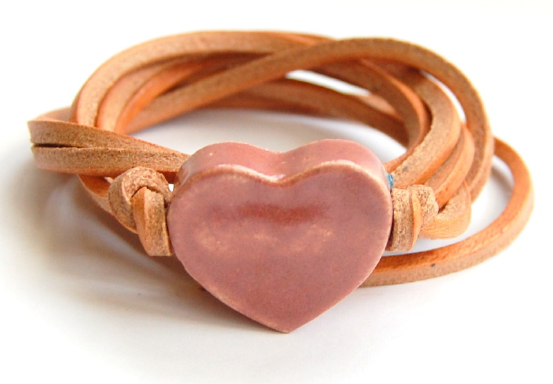 Armband naturel leren veter met oud roze hart