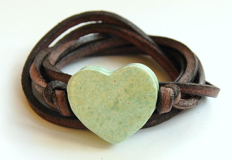 Armband leren veter met licht groen hart