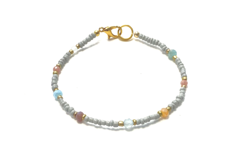 Armband licht grijs met edelsteentjes
