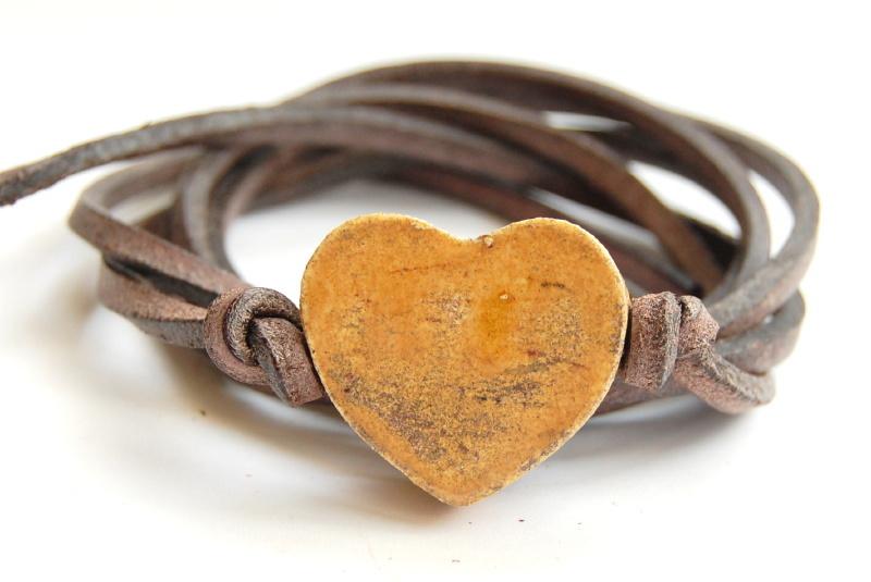 Armband leren veter met honinggeel hart