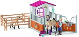 Schleich : Paardenbox met Paarden en Verzorgster - 42369