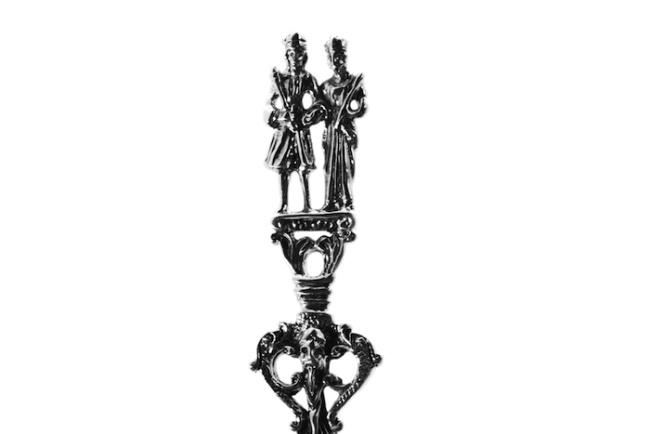 Zilveren geboortelepel met een echtpaar
