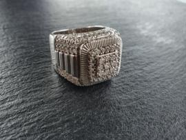 Grote ring zirkonias