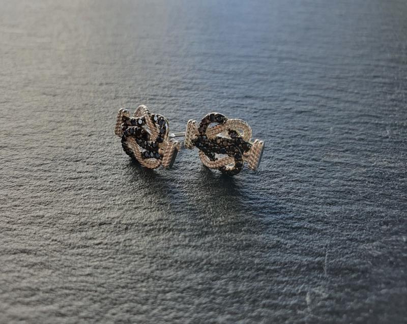 Matteklopper oorbellen met zwarte zirkonias