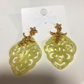 Resin oorbellen geel