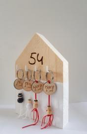 Houten huisje | met nummer, labels en gelukspoppetjes