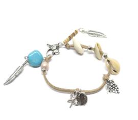 Beige armband -  faux suede met schelpen en blauwe kraal
