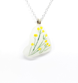 Zeeglas met gele bloemen