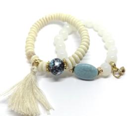Witte en blauwe kralen armbanden