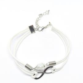 Witte armband in laagjes met een hartje