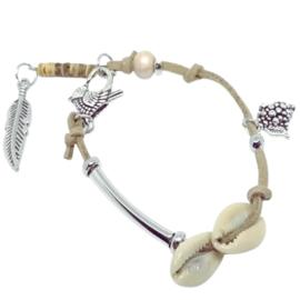 Beige armband met schelpen - faux suede