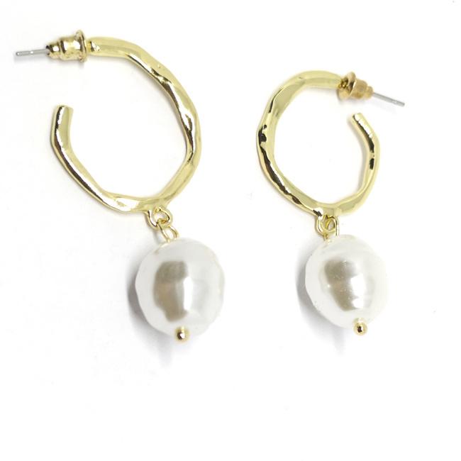 Goudkleurige oorhangers met mooie imitatie parels - Hoge kwaliteit
