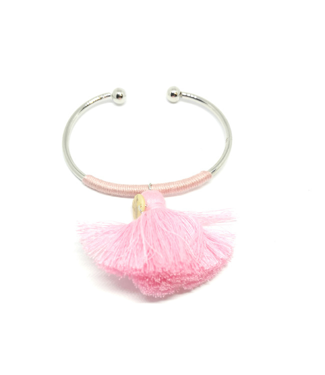 Cuff armband versierd met roze kwastje