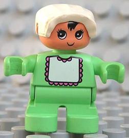Baby met licht groene kleren en wit kapje