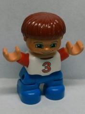 Duplo poppetje Kind, Jongetje met blauwe broek, wit shirt met rode letter 3, bruin roodachtig haar, sproetjes