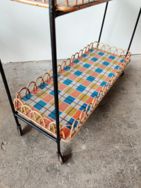 Grote trolley met sierlijke rotan omlijsting