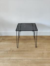Vintage metalen bijzettafel zwart gerasterd