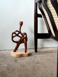 Organisch vormgegeven houten kunstobject