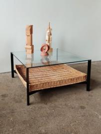 Vintage salontafel, metalen frame, rotan tray en glazen blad