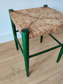 Vintage groene kruk met gevlochten zitting