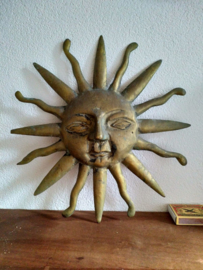 Twee vintage messing zonnen gezichten